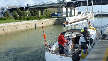 Skippertraining vor der Schleuse