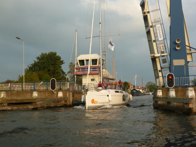 Skippertraining Yacht durch die Brücke