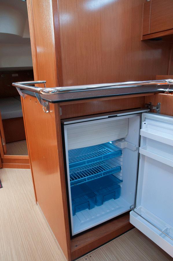 Kühlschrank auf Bavaria 45 Segelyacht