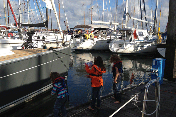 Kinder im Yachthafen