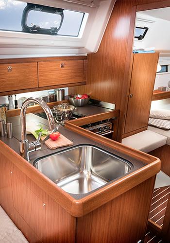 Bavaria Cruiser 34 Küche mit Kühlschrank